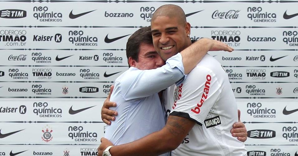 Andres Sanchez abraça Adriano na apresentação do Imperador ao Corinthians