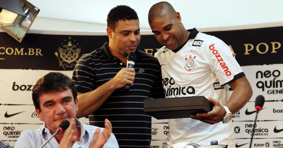 Andrés Sanchez aplaude homenagem que Ronaldo fez para Adriano (31/03/2011)