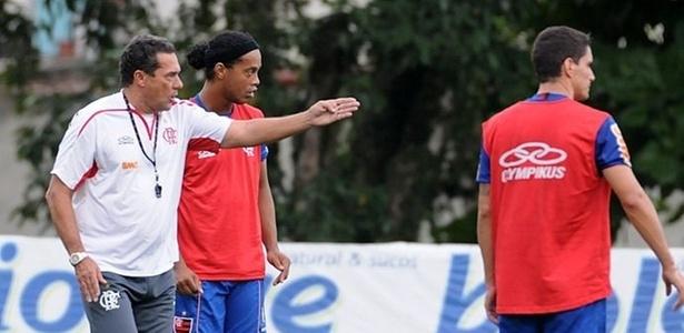 Luxemburgo orienta Ronaldinho Gaúcho no treino do Flamengo (31/03/2011)