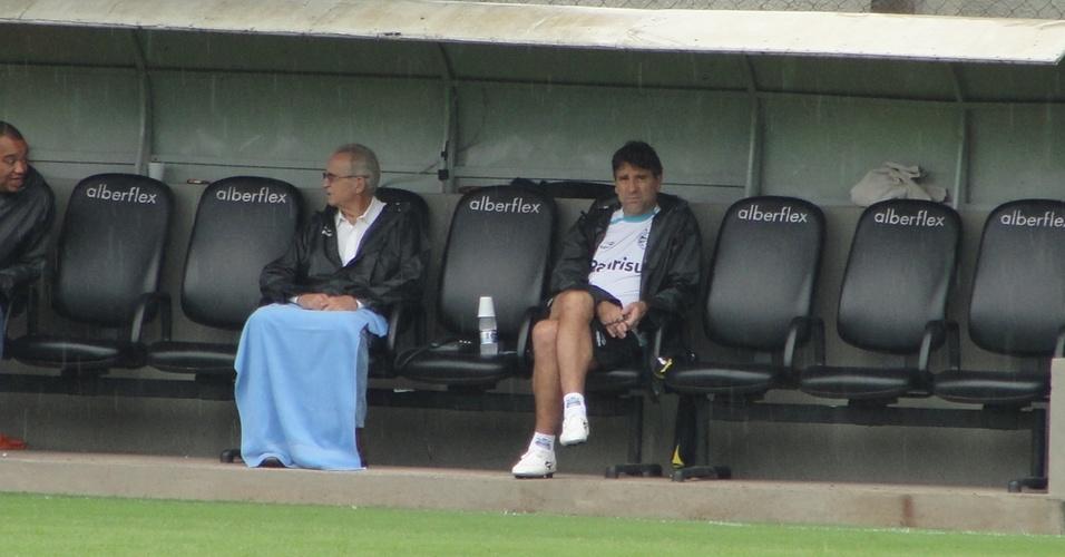 Renato Gaúcho acompanha à distância treinametno do Grêmio (01/04/2011)