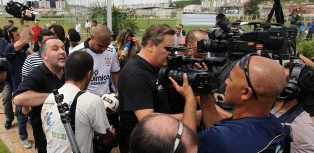 Repórteres e fotógrafos acompanham Adriano na chegada do Imperador ao Corinthians