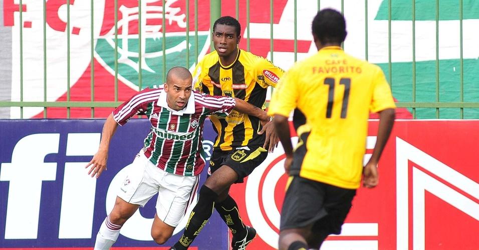 Atacante do Fluminense, Emerson disputa a bola com jogador do Volta Redonda (2/04/2011)