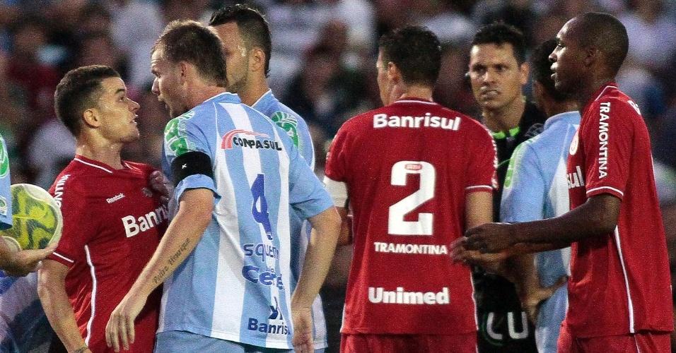 D'Alessandro, do Inter, bate-boca com zagueiro do Lajeadense (02/04/11)