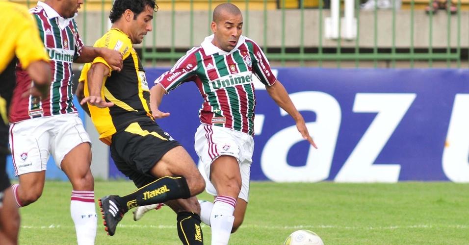 Emerson disputa a bola com a defesa do Volta Redonda na partida deste sábado (02/04/2011)