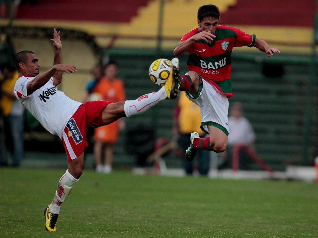 Jogadores de Portuguesa e Noroeste disputam a bola em partida do Paulistão no Canindé