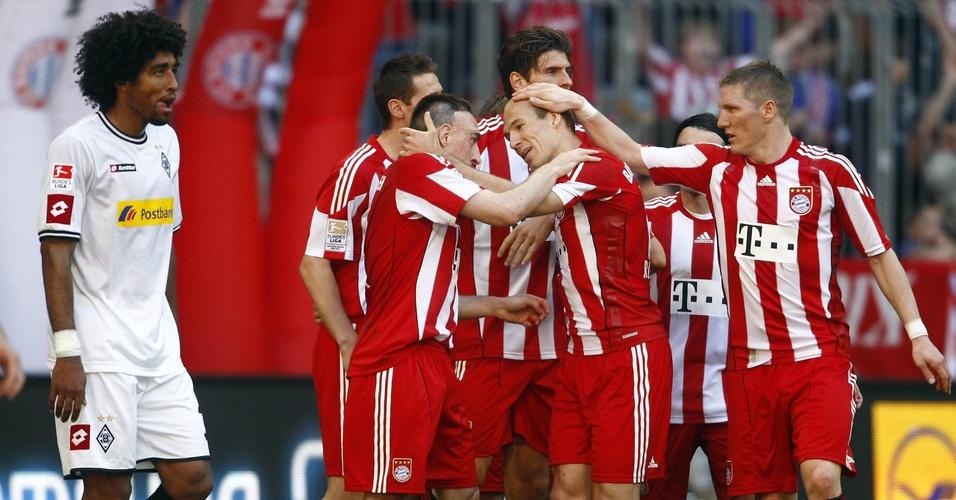 Jogadores do Bayern de Munique comemoram o gol do holandês Robben