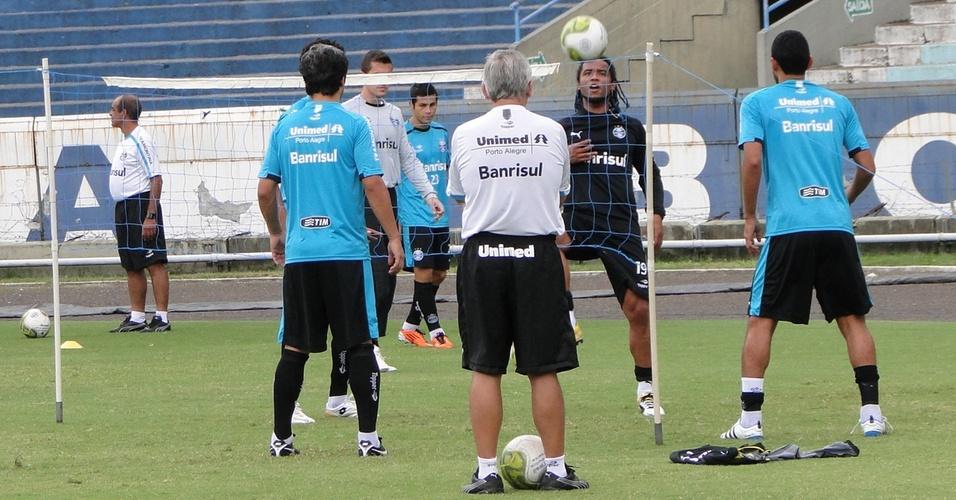 Meia Carlos Alberto e jogadores do Grêmio fizeram aquecimento com futevôlei no estádio Olímpico (02/04/2011)