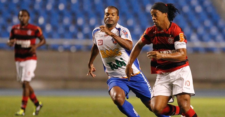 Ronaldinho Gaúcho passa por um adversário durante Fla x Duque (02/04/2011)