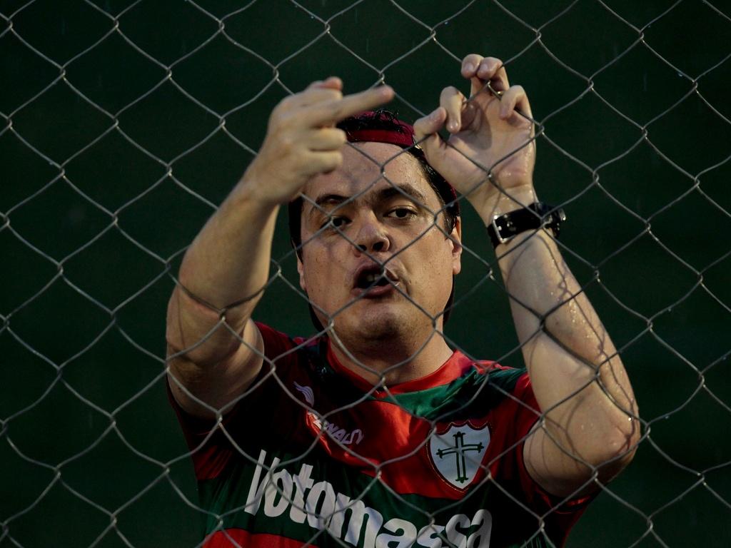 Torcedor da Portuguesa fica revoltado com a derrota da equipe para o Noroeste no Paulistão (02/04/2011)
