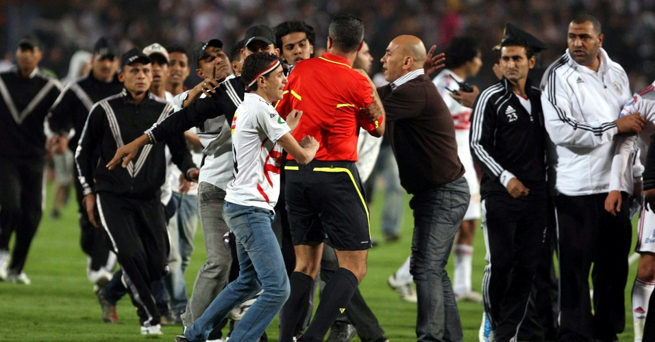 Torcedores do Zamalek, do Egito, invadem o campo para bater no juiz e nos atletas do Tunez em partida da Liga Africana de Campeões