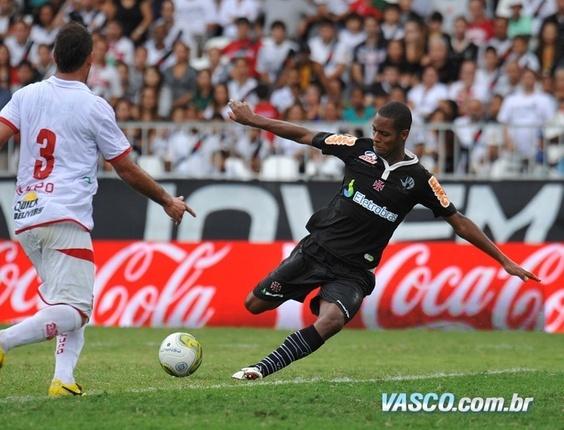 Dedé chuta para marcar o primeiro gol do Vasco na vitória sobre o Bangu (03/04/2011)