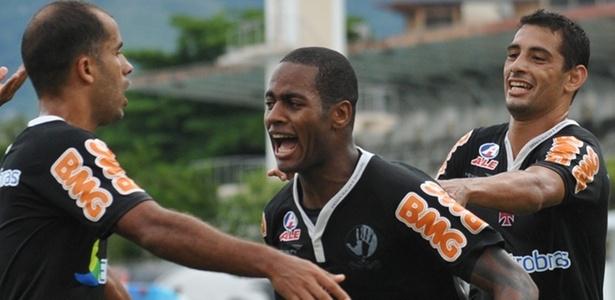 Dedé comemora com os companheiros do Vasco seu gol na vitória sobre o Bangu (03/04/2011)