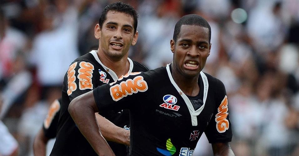 Dedé comemora seu gol com Diego Souza durante Vasco x Bangu (03/04/2011)