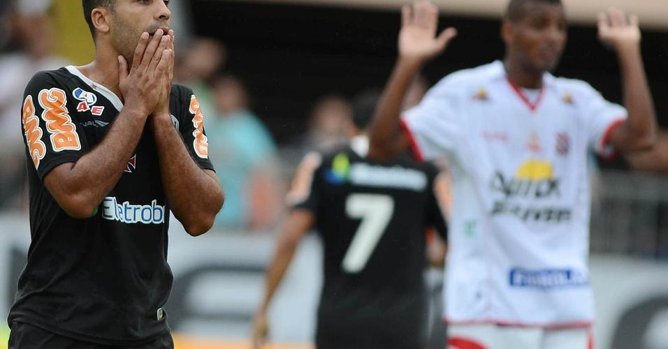Felipe lamenta uma chance desperdiçada na partida diante do Bangu (03/04/2011)