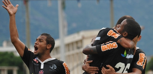 Jogadores do Vasco comemoram o primeiro gol do time na vitória sobre o Bangu (03/04/2011)