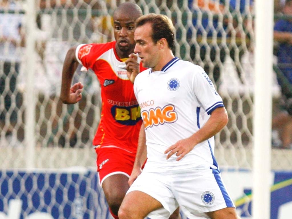 Roger disputa lance na goleada do Cruzeiro sobre o Guarani por 4 a 1 (3/4/2011)