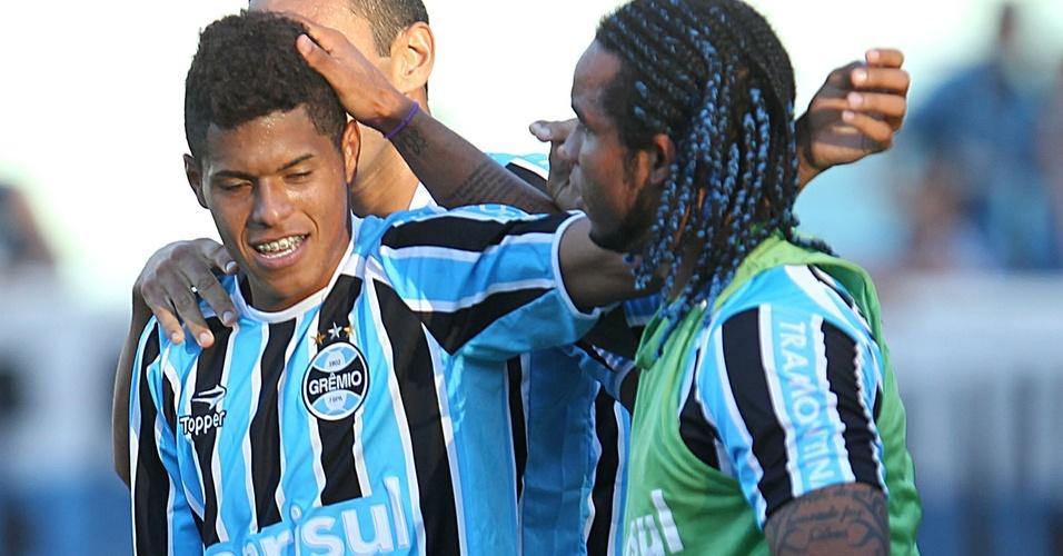 Leandro cumprimenta Carlos Alberto após gol do Grêmio (03/04/2011)