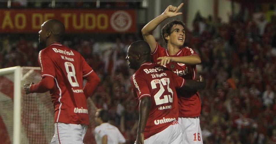 Oscar comemora seu gol, pelo Inter, contra o Jaguares-MEX na Libertadores