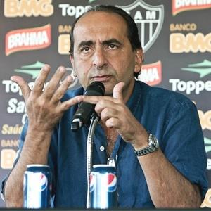 Presidente Alexandre Kalil (f) já teria dado o aval para a contratação do meia Toranzo, de 29 anos