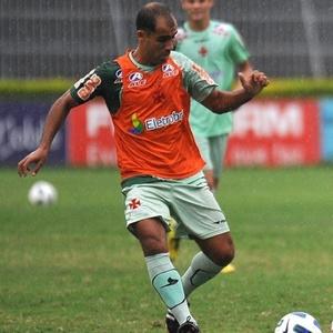 Felipe domina a bola durante treino do Vasco em São Januário nesta terça-feira (05/04/2011)
