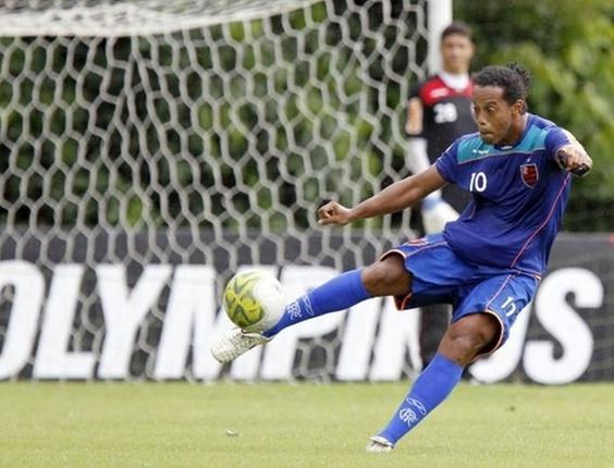Ronaldinho no treinamento do Flamengo no Ninho do Urubu (01/04/2011)