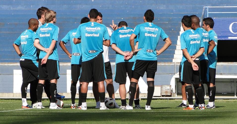 Técnico Renato Gaúcho conversa com o grupo do Grêmio antes do treino no Olímpico (05/04/2011)