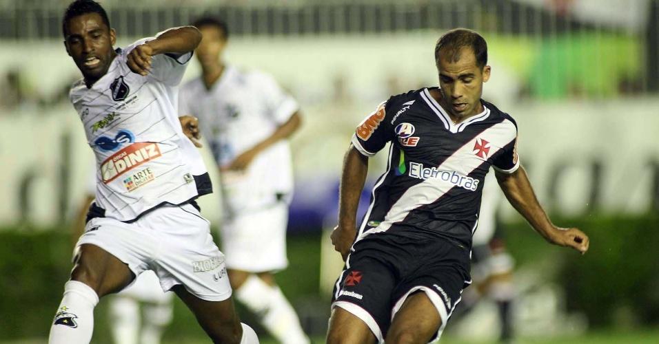 Felipe tenta passe contra a marcação no jogo Vasco x ABC pela Copa BR (06/04/2011)