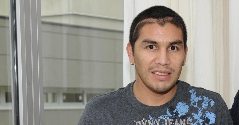 Paraguaio Salvador Cabañas exibe cicatriz após levar um tiro