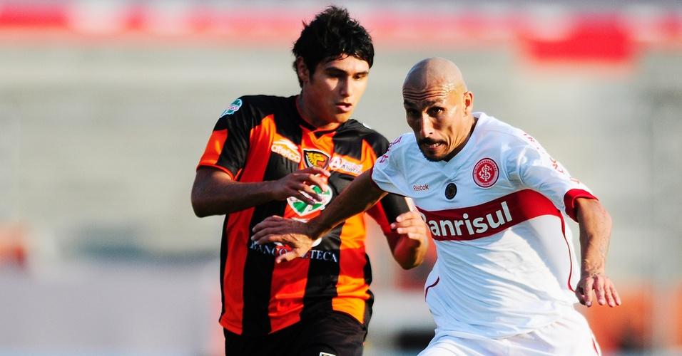 Volante Guiñazu do Inter na partida contra o Jaguares no México pela Libertadores (06/04/2011)