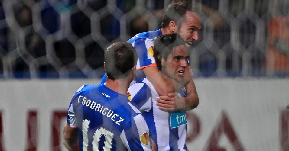 Falcao Garcia é abraçado por Cristian Rodriguez e Fernando Belluschi ao marcar um de seus três gols na goleada do Porto por 5 a 1 sobre o Spartak Moscou pela Liga Europa (07/04/2011)