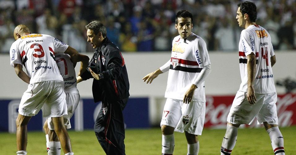 Inconformado por expulsão, Lucas tem que ser carregado pelos companheiros e por Carpegiani (06/04/2011)
