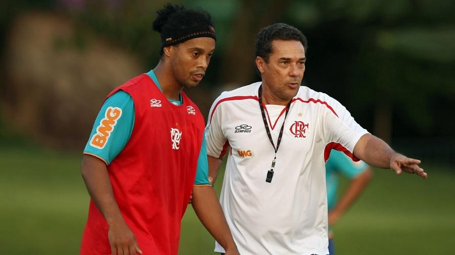 Luxemburgo orienta Ronaldinho no treino do Flamengo  - Vipcomm