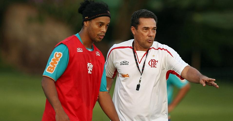 Luxemburgo orienta Ronaldinho no treino do Flamengo em Atibaia-SP (06/04/2011)