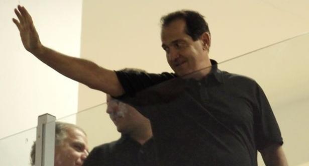 Muricy, presente no camarote presidencial, acena para a torcida santista na Vila (06/04/2011)