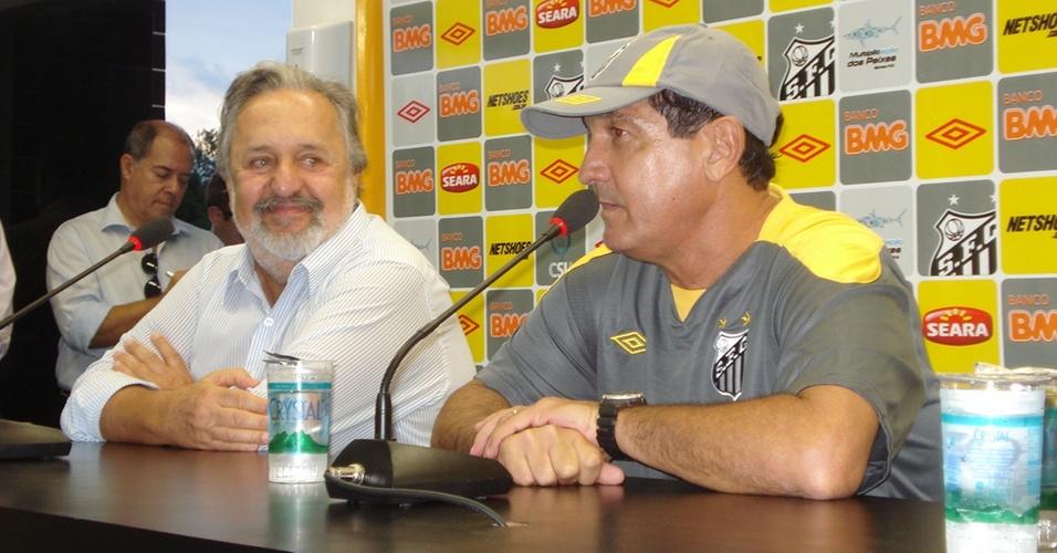 Muricy Ramalho aparece ao lado do presidente Luis Álvaro de Oliveira Ribeiro em sua apresentação no Santos
