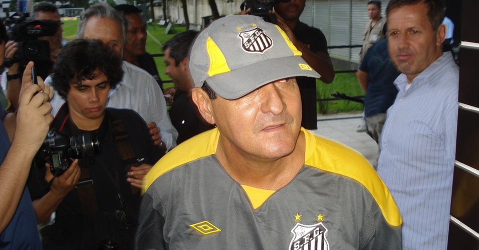 Muricy Ramalho chega para a primeira entrevista coletiva no Santos (07/04/2011)