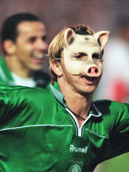 Da ofensa ao incentivo: Paulo Nunes comemora gol com uma máscara de porco - Evelson de Freitas/Folhapress