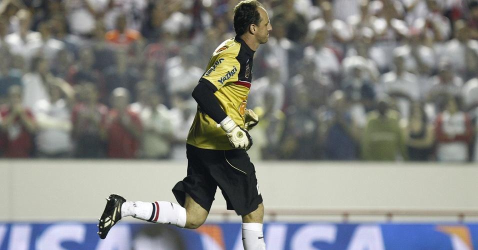 Rogério Ceni volta para o gol após desperdiçar pênalti na vitória do São Paulo por 2 a 0 sobre o Santa Cruz (06/04/2011)