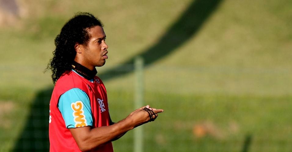 Ronaldinho Gaúcho relaxa durante treino do Flamengo em Atibaia-SP (06/04/2011)