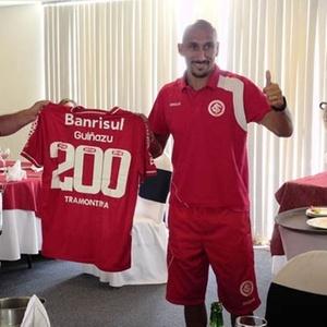 Volante Guiñazu recebe camisa comemorativa pelos 200 jogos no Inter (07/04/11)