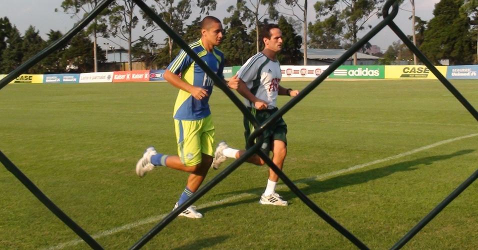 Wellington Paulista corre na Academia de Futebol do Palmeiras com o preparador físico Marco Aurélio Schiavo