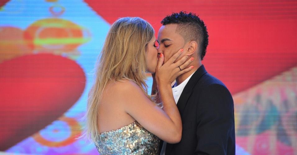 Abr.2011 - Dani Souza, a Mulher Samambaia, beija seu namorado, o atacante Dentinho, durante gravação do programa Tudo É Possível, da TV Record