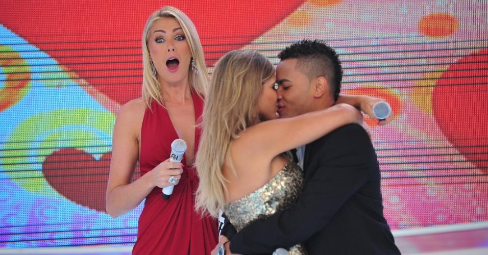 Abr.2011 - Dentinho beija a namorada Mulher Samambaia (Dani Souza) durante programa de Ana Hickmann na Rede Record
