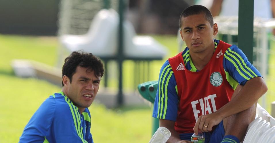 Kleber (e) e Wellington Paulista conversam após treino do Palmeiras (08/04/2011)