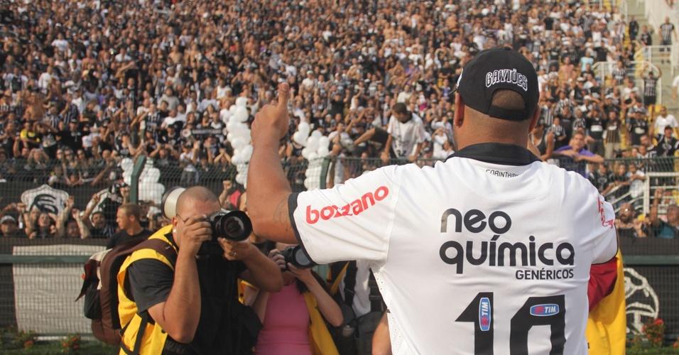 Adriano é saudado pela torcida do Corinthians no Pacaembu