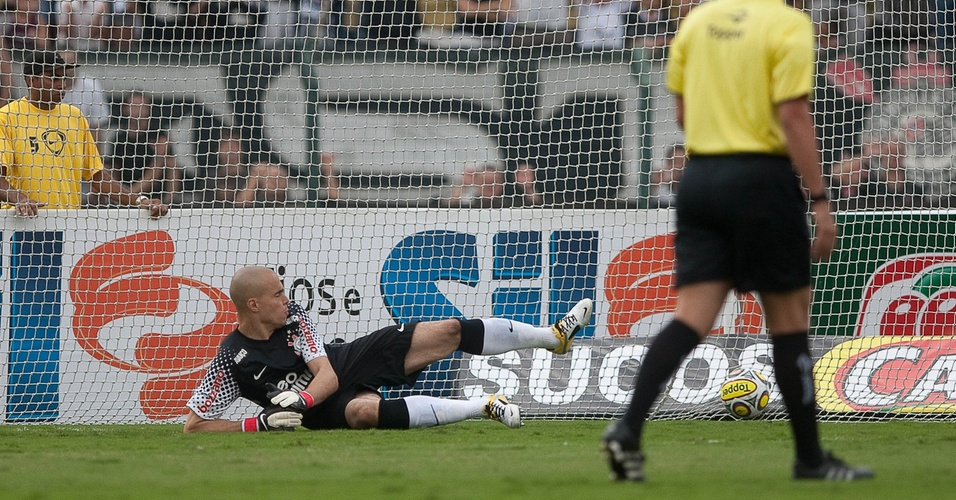 Goleiro Julio Cesar, do Corinthians, não evita o gol de pênalti de Eduardo na derrota para o São Caetano (10/04/11)