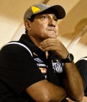 Muricy Ramalho no banco de reservas do Santos em sua estreia, 0 a 0 contra o Americana (10/04/2011)