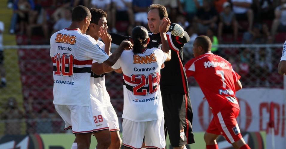 Rogério Ceni celebra gol diante do Noroeste