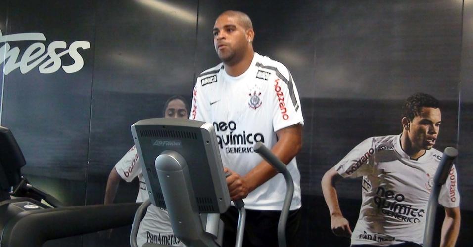 Adriano treina pela primeira vez no CT do Corinthians (11/4/2011)