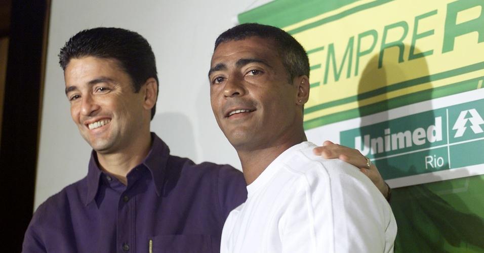 Bebeto abraça Romário na coletiva antes do jogo de despedida do Baixinho dos gramados (30/09/2004)